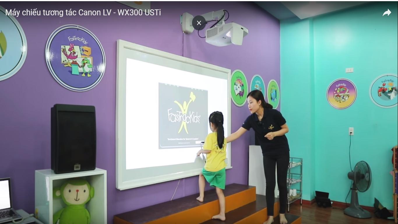 Cô giáo đang dùng máy chiếu tương tác Canon giảng dạy